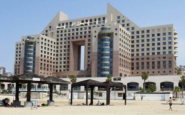 L'hôtel Leonardo sur la plage du Carmel à Haïfa, dans le nord d'Israël, depuis la plage (Crédit : Dov Greenblatt, Société pour la protection de la nature en Israël)