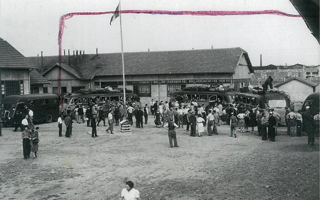 Le 27 août 1942, jour de l'arrivée des Juifs raflés dans la région au camp de Vénissieux. (Crédit : Fonds des Fils et Filles des déportés juifs de France / Serge Klarsfeld)