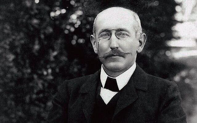 Alfred Dreyfus dans le jardin de Villemarie, Carpentras 1899-1900. (Collection de la famille Dreyfus)