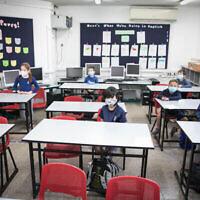 Des élèves israéliens portent des masques de protection en retournant à l'école pour la première fois depuis l'apparition du coronavirus, le 3 mai 2020, à Jérusalem. (Olivier Fitoussi/Flash90)