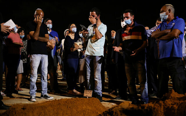 La famille et les amis assistent aux funérailles du rabbin Shaï Ohayon, poignardé, au cimetière de Segula à Petah Tikva, le 27 août 2020. (Noam Revkin Fenton/Flash90)