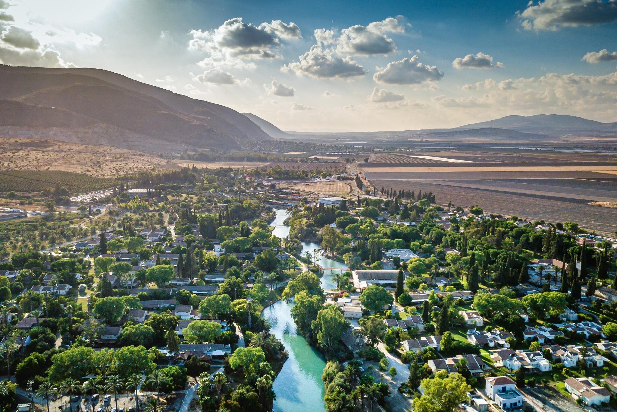 """Le ruisseau Amal, ou """"Hassi"""", traverse le kibboutz Nir David dans le nord d'Israël, le 9 août 2020. (Menachem Lederman/Flash90)"""