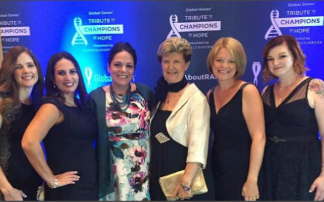 Le professeur Illana Gozes (3e en partant de la droite),lauréate du Prix scientifique 'Champion de l'Espoir'de l'Association Global Genes, principale organisation d'aide internationale pour les patients atteints de maladies rares, en 2016. (Crédit : Université de Tel Aviv)