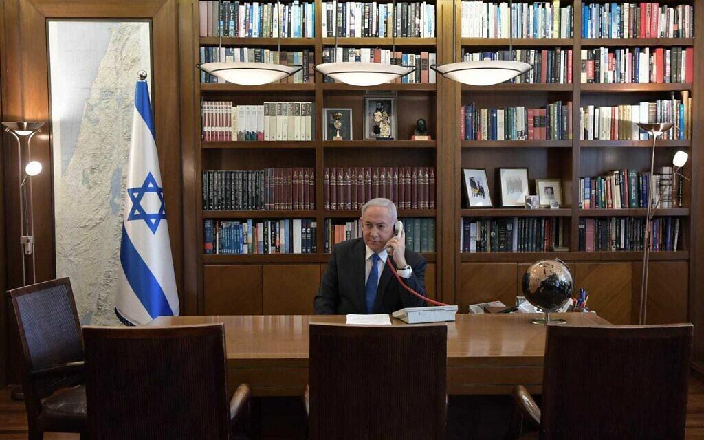 Le Premier ministre Benjamin Netanyahu à son bureau à Jérusalem lors d'un appel téléphonique avec le dirigeant des Émirats arabes unis, Mohammed Bin Zayed, le 13 août 2020. (Kobi Gideon / PMO)