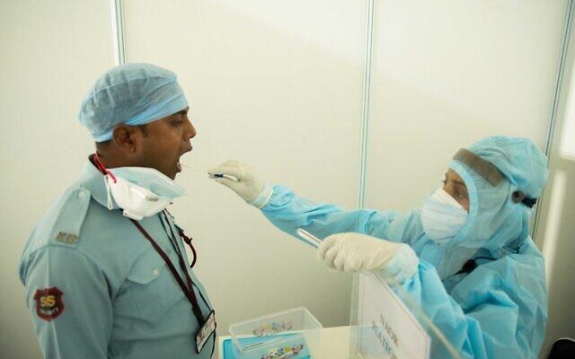 Un malade indien de la COVID-19 se fait prélever des échantillons par un membre d'une mission israélienne spécialisée dans le coronavirus (Crédit : Ministère des Affaires étrangères)