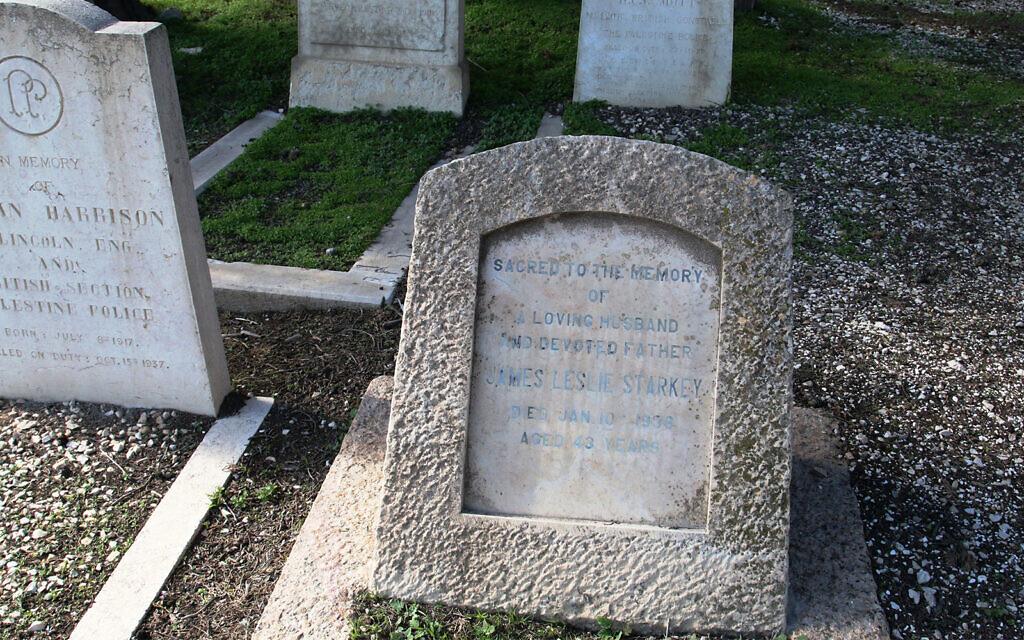 La tombe de James Starkey, l'archéologue ayant découvert des vestiges de la ville judéenne de Lachish. (Crédit : Shmuel Bar-Am)