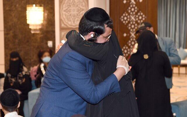 Un homme juif du Yémen embrasse l'un des membres de sa famille dont il a été séparé depuis quinze ans à Abu Dhabi, aux Emirats arabes unis, au mois d'août 2020 (Crédit :  Twitter)