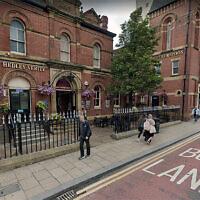 Des piétons passent devant le pub Hedley Verity à Leeds, au Royaume-Uni (Crédit : Google Maps via JTA)