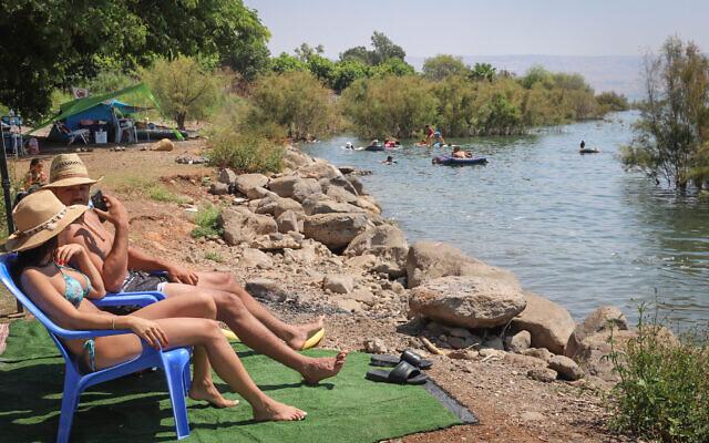 Des Israéliens au bord de la mer de Galilée pendant les vacances d'été, le 28 août 2020. (Yossi Aloni/Flash90)
