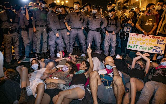 Des policiers évacuent des participants à une manifestation contre le Premier ministre Benjamin Netanyahu devant sa résidence officielle à Jérusalem le 30 août 2020. (Olivier Fitoussi/Flash90)