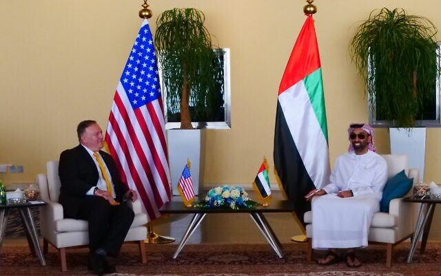 Le secrétaire d'État américain Mike Pompeo (à gauche), rencontre le ministre des Affaires étrangères des Émirats arabes unis Abdullah bin Zayed Al Nahyan et le conseiller à la sécurité nationale Tahnoun bin Zayed Al Nahyan, à Abu Dhabi, le 26 août 2020. (Twitter)