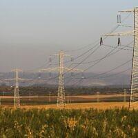 Lignes électriques à proximité du Moshav Bnei Reem dans le centre d'Israël, le 26 avril 2010. (Nati Shohat/Flash90)