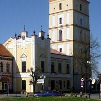 Vue de l'hôtel de ville et de la place du marché de Leżajsk, en Pologne, en 2010. (Wikimedia Commons / Krzysztof Dudzik via JTA)