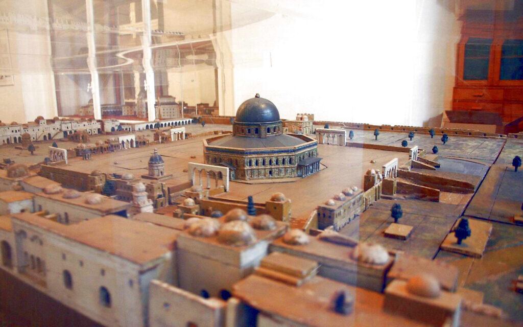 Une maquette du site de la mosquée Al-Aqsa créée par Conrad Schick, qui disposait d'une autorisations spéciale d'accès au site en tant qu'archéologue, Conrad Schick est enterré dans le cimetière protestant de Jérusalem. (Crédit : Shmuel Bar-Am)