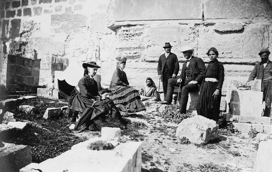Un groupe de touristes avec des résidents de Jérusalem, vers 1860-1880. (Bibliothèque du Congrès)