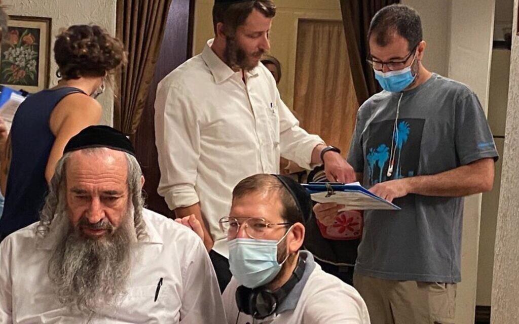 L'équipe de 'Les Shtisel' a commencé à filmer sa troisième saison très attendue au mois de juillet 2020 en pleine crise du coronavirus avec le réalisateur Alon Zingman, qui porte le masque, à l'extrême droite (Autorisation : YES Studios)