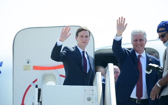 Jared Kushner, conseiller principal du président américain Donald Trump, et Robert O'Brien, conseiller à la sécurité nationale des États-Unis, saluent alors qu'ils montent à bord d'un avion d'EL AL avant leur départ de Tel-Aviv pour Abu Dhabi, vu à l'aéroport Ben-Gurion près de Tel-Aviv, le 31 août 2020. (Tomer Neuberg/Flash90)
