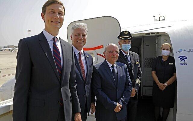 Le conseiller présidentiel américain Jared Kushner (à gauche), le conseiller américain pour la sécurité nationale Robert O'Brien (à droite) et le chef du Conseil national de sécurité israélien Meir Ben-Shabbat (à droite) posent pour une photo avec l'équipage avant de monter à bord du vol LY971 d'El Al, qui transportera une délégation israélo-américaine de Tel-Aviv à Abu Dhabi, à l'aéroport Ben Gourion près de Tel-Aviv le 31 août 2020 (photo NIR ELIAS / POOL / AFP)