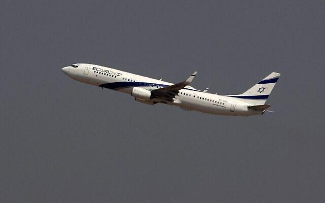 Photo prise le 31 août 2020 montre l'avion de El Al, qui transportera une délégation américano-israélienne aux EAU suite à un accord de normalisation, décollant du tarmac lors du tout premier vol commercial d'Israël vers les EAU à l'aéroport Ben Gourion près de Tel Aviv. (JACK GUEZ / AFP)