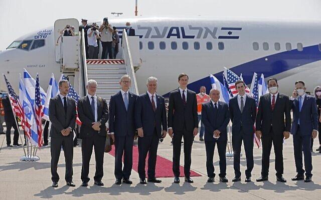 Le conseiller présidentiel américain Jared Kushner (Centre droit) et le conseiller à la sécurité nationale américain Robert O'Brien (Centre gauche) posent avec des membres de la délégation israélo-américaine devant le vol LY971 d'El Al, qui transportera la délégation de Tel Aviv à Abu Dhabi, à l'aéroport Ben Gourion près de Tel Aviv le 31 août 2020. (Menahem Kahana / AFP)