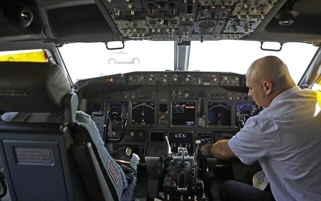 Une photo prise le 31 août 2020 montre un membre de l'équipage assis dans le cockpit de l'avion de ligne El Al, avant le tout premier vol commercial d'Israël vers les EAU à l'aéroport Ben Gourion près de Tel Aviv, qui transportera une délégation américano-israélienne aux EAU suite à un accord de normalisation. (NIR ELIAS / POOL / AFP)