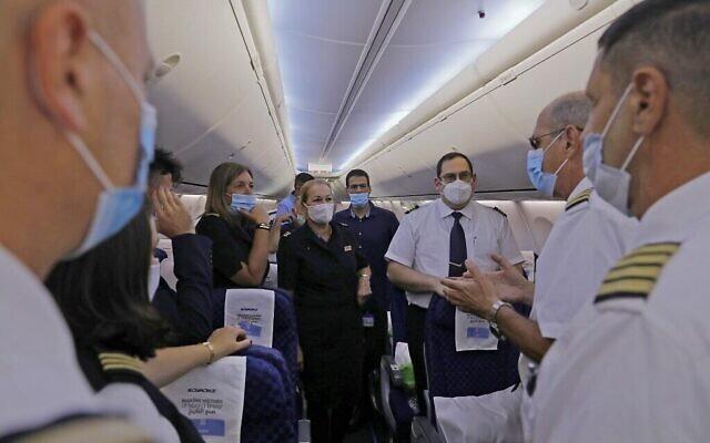 Une photo prise le 31 août 2020 montre un membre de l'équipage s'exprimant à bord de l'avion de El Al, avant le tout premier vol commercial d'Israël vers les EAU à l'aéroport Ben Gourion près de Tel Aviv, qui transportera une délégation américano-israélienne aux EAU suite à un accord de normalisation. (NIR ELIAS / POOL / AFP)