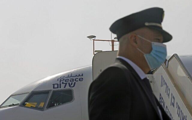 """Une photo prise le 31 août 2020 montre le mot """"Paix"""" écrit en arabe, en anglais et en hébreu sur le côté d'un avion de El Al, avant le tout premier vol commercial d'Israël vers les EAU à l'aéroport Ben Gourion près de Tel-Aviv, qui transportera une délégation américano-israélienne aux EAU suite à un accord de normalisation. (NIR ELIAS / POOL / AFP)"""