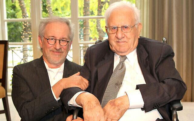 Steven Spielberg, à gauche, et son père Arnold Spielberg lors d'une remise de prix à l'USC Shoah Foundation, à Beverly Hills, États-Unis, le 26 avril 2012. (Crédit : FilmMagic/Getty Images/via JTA)