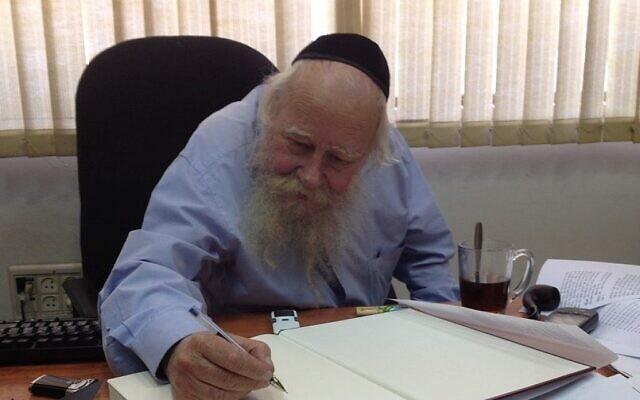 Le rabbin Adin Even-Israel (Steinsaltz) dans son bureau à Jérusalem. (Autorisation : Raphael Ahren / Times of Israel)