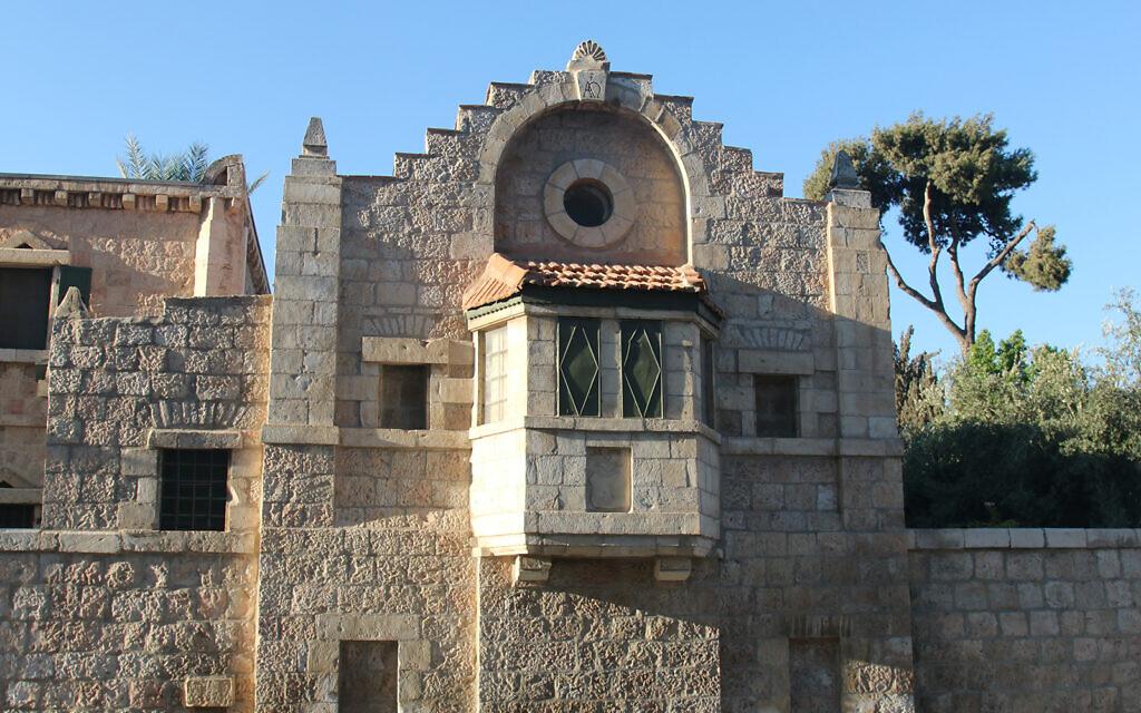 La maison Tabor, conçu par Conrad Schick, un missionnaire, artisan et archéologue, enterré dans le cimetière protestant de Jérusalem. (Crédit : Shmuel Bar-Am)