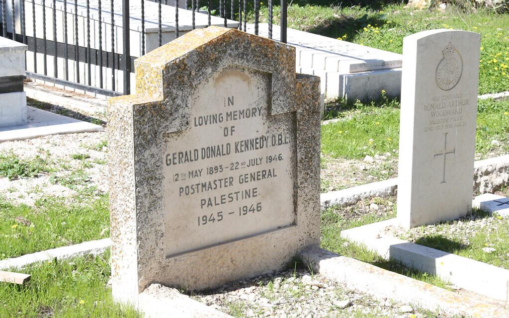 La tombe d'un général des Postes dans l'Israël actuel, Constable Ronald Arthur Woodward, mort à 20 ans dans un attentat à la bombe perpétré par le Jewish Underground à l'hôtel King David de Jérusalem en 1946. (Crédit : Shmuel Bar-Am)