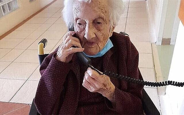 Rosalie Wolpe discute avec un proche au téléphone le jour de son 111e anniversaire dans une maison de retrite du Cap, Afrique du Sud, le 25 août 2020. (Crédit : David Wolpe via JTA)