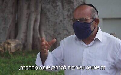 Yona Avrushmi, qui avait fait 27 ans de prison pour avoir tué l'activiste Emil Grunzweig lors d'un rassemblement pour la paix en 1983 en jetant une grenade dans la foule, dans un reportage diffusé à la télévision, au mois d'août 2020 (Capture d'écran/Douzième chaîne)