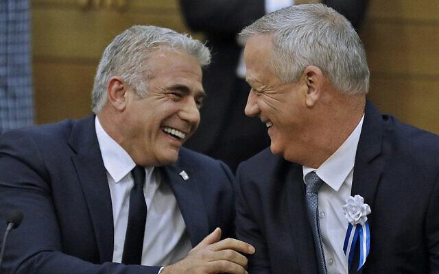 Les dirigeants de Kakhol lavan, Benny Gantz, (à droite), et Yair Lapid, (à gauche), éclatent de rire lors d'une réunion de faction à la Knesset, le 3 octobre 2019. (Menahem Kahana/AFP)