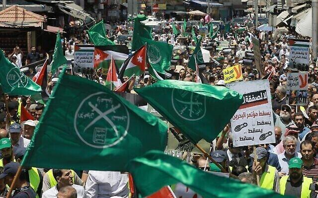 Des drapeaux des Frères musulmans et d'autres partis politiques lors d'une manifestation en Jordanie contre la conférence économique pour le Moyen-Orient encadrée par les États-Unis à Bahreïn, le 21 juin 2019. (Khalil Mazraawi/ AFP)
