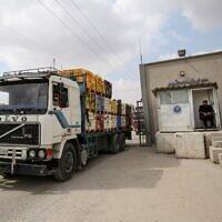Illustration: Un policier palestinien fait signe à un camion qui entre par le point de passage de Kerem Shalom dans la bande de Gaza le 1er septembre 2020, après un accord conclu avec Israël grâce à la médiation du Qatar. (SAID KHATIB / AFP)