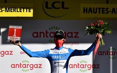 Krists Neilands, coureur letton d'Israel Start-Up Nation, reçoit le prix de la Combativité à l'issue de la 4e étape de la 107e édition du Tour de France, 157 km entre Sisteron et Orcières-Merlette, le 1er septembre 2020. (Anne-Christine POUJOULAT / POOL / AFP)