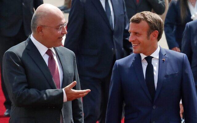 Le président irakien Barham Saleh (à gauche) accueille son homologue français Emmanuel Macron à son arrivée au palais Salam à Bagdad, le 2 septembre 2020. (GONZALO FUENTES / POOL / AFP)
