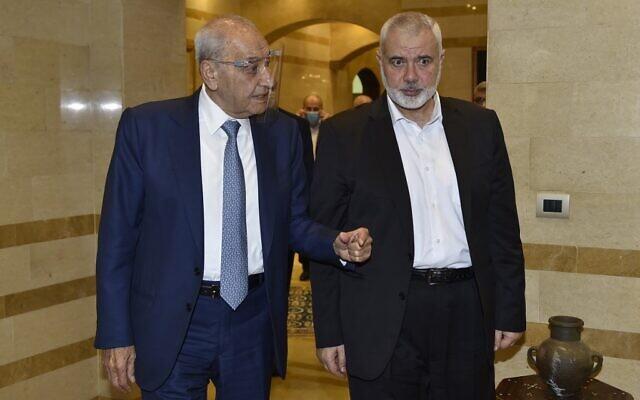 Le président du Parlement libanais Nabih Berri (à gauche) reçoit le chef du Hamas Ismail Haniyeh au palais Ain el-Tineh à Beyrouth, le 2 septembre 2020. (AFP)