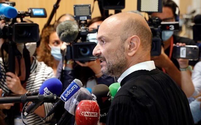 """L'avocat de """"Charlie Hebdo"""", Richard Malka, s'entretient avec la presse au palais de justice de Paris, le 9 septembre 2020, lors du procès de 14 personnes soupçonnées d'être complices des djihadistes responsables des attentats de """"Charlie Hebdo"""" et de l'Hyper Cacher en janvier 2015. (Crédit : GEOFFROY VAN DER HASSELT / AFP)"""
