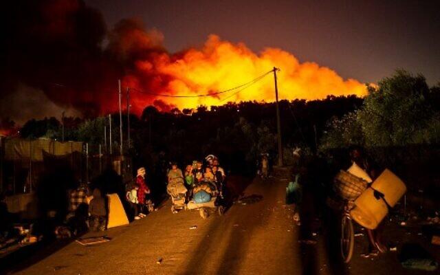 Lesbos : Des milliers de migrants sans abri après un incendie dans un camp  | The Times of Israël