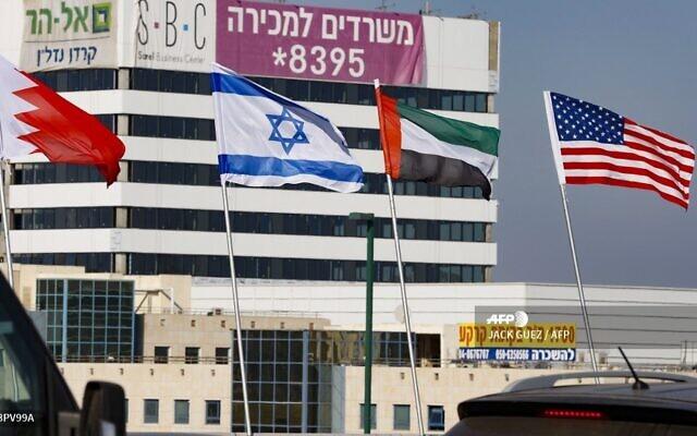 Les drapeaux, de gauche à droite, du Bahreïn, d'Israël, des Emirats arabes unis et des Etats-Unis le long d'une route de la ville de Netanya, dans le centre d'Israël, le 13 septembre 2020. (Crédit :  JACK GUEZ / AFP)