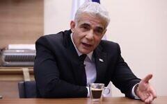 Le chef de l'opposition israélienne,  Yair Lapid, pendant une interview avec l'AFP à son bureau de la Knesset, le parlement israélien de Jérusalem, le 14 septembre 2020. (Crédit : Emmanuel DUNAND / AFP)
