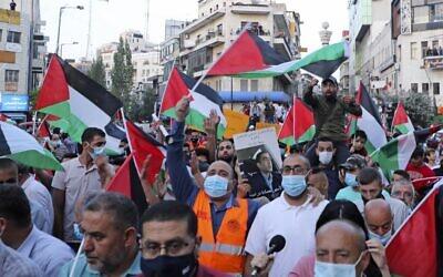 Des Palestiniens protestent à Ramallah, en Cisjordanie, contre les accords de normalisation conclus par Israël avec les Émirats arabes unis et Bahreïn le 15 septembre 2020, quelques heures avant la cérémonie de signature à la Maison Blanche. - La décision des Émirats arabes unis et du Bahreïn de normaliser les liens avec Israël rompt avec des décennies de consensus au sein du monde arabe selon lequel un accord de paix avec les Palestiniens est une condition préalable à l'établissement de relations avec l'État juif. (Photo de JAAFAR ASHTIYEH / AFP)
