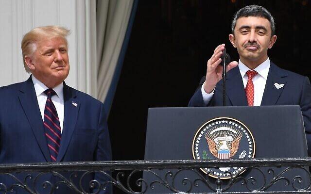 Le président Donald Trump, à gauche, regarde le ministre des Affaires étrangères émirati Abdullah bin Zayed Al-Nahyan, à droite, lors de la cérémonie de signature des Accords d'Abraham alors que les deux hommes se trouvent sur le balcon Truman de la Maison Blanche à Washington, le 15 septembre 2020 (Crédit : SAUL LOEB / AFP)
