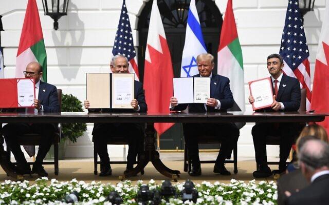 De gauche à droite : Le ministre des Affaires étrangères de Bahreïn Abdullatif al-Zayani, le Premier ministre israélien Benjamin Netanyahu, le président américain Donald Trump et le ministre des Affaires étrangères des Émirats arabes unis Abdullah bin Zayed Al-Nahyan brandissent les traités de paix qu'ils ont signés à la Maison Blanche, à Washington, le 15 septembre 2020. (SAUL LOEB / AFP)