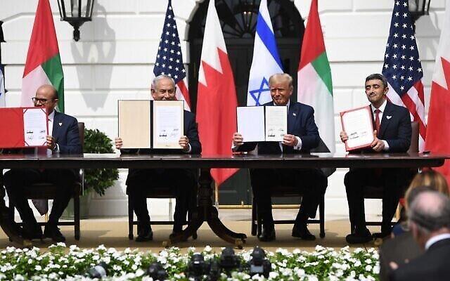 De gauche à droite : le ministre des Affaires étrangères du Bahreïn Abdullatif al-Zayani, le Premier ministre israélien Benjamin Netanyahu, le Président américain Donald Trump et le ministre des Affaires étrangères des Émirats arabes unis Abdullah bin Zayed al-Nahyan, exhibent les documents issus de la signature des Accords d'Abraham, où le Bahreïn et les Émirats arabes unis reconnaissent Israël, à la Maison Blanche à Washington, DC, le 15 septembre 2020. (SAUL LOEB / AFP)