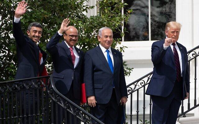 De gauche à droite : Le ministre des Affaires étrangères des Émirats arabes unis Abdullah bin Zayed Al-Nahyan, le ministre des Affaires étrangères de Bahreïn Abdullatif al-Zayani, le Premier ministre israélien Benjamin Netanyahu et le président américain Donald Trump, saluent la foule sur la pelouse sud de la Maison Blanche après avoir signé les Accords d'Abraham, à Washington, le 15 septembre 2020. (SAUL LOEB / AFP)