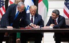 De gauche à droite : le Premier ministre israélien Benjamin Netanyahu, le président américain Donald Trump et le ministre des Affaires étrangères des EAU Abdullah bin Zayed Al-Nahyan participent à la signature des Accords d'Abraham à la Maison Blanche, le 15 septembre 2020. (SAUL LOEB / AFP)