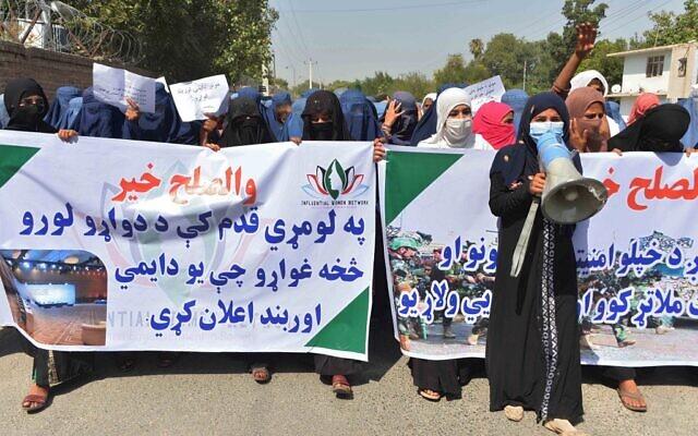 Des manifestantes afghanes brandissent des bannières et scandent des slogans lors d'une marche de soutien aux négociations de paix entre le gouvernement afghan et les Taliban, à Jalalabad le 16 septembre 2020. (Crédit : NOORULLAH SHIRZADA / AFP)